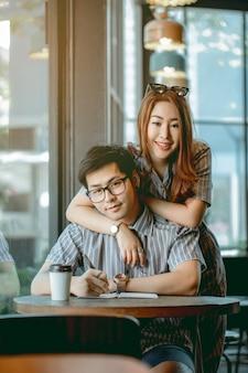 Pareja asiática está planeando ir de viaje de luna de miel.