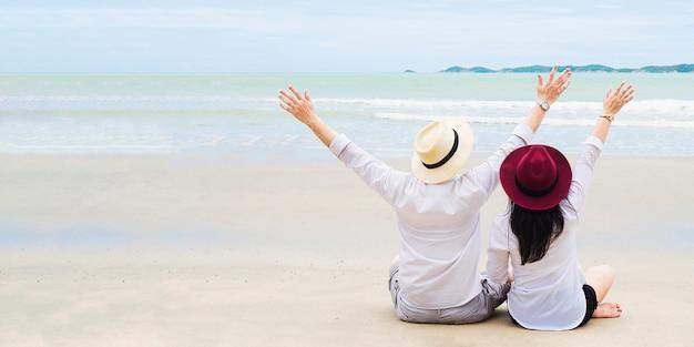 Pareja asiática en la playa