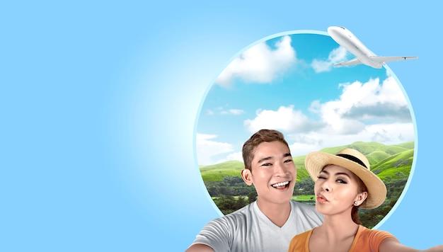 Pareja asiática con sombrero tomando un selfie con fondo de colinas verdes