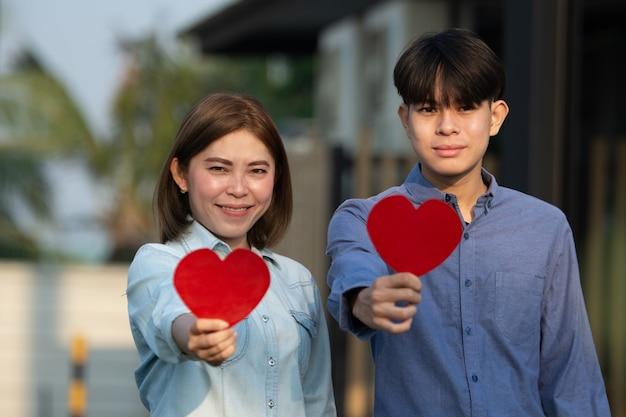 Pareja asiática, tenencia, corazón rojo