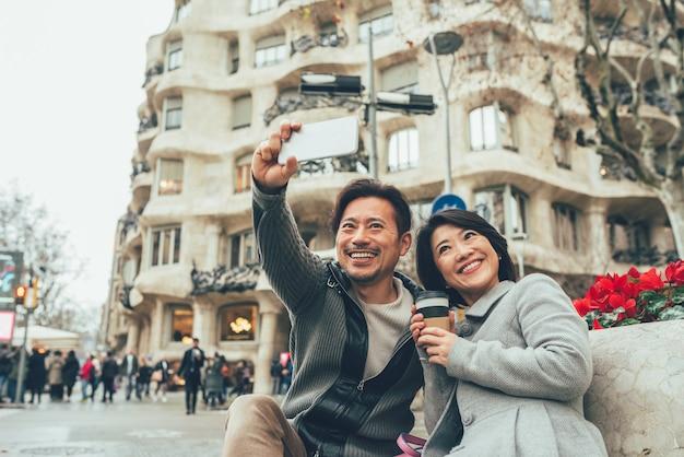 Pareja asiática de vacaciones en barcelona