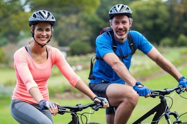 Pareja atlética ciclismo en la carretera