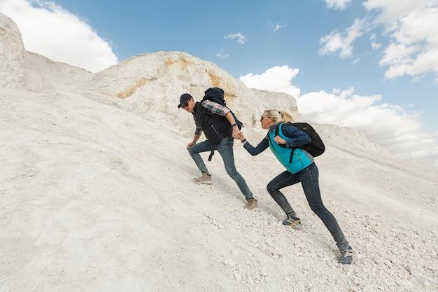 Pareja de aventura caminando juntos