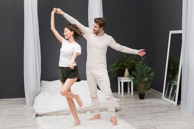 Pareja bailando en casa