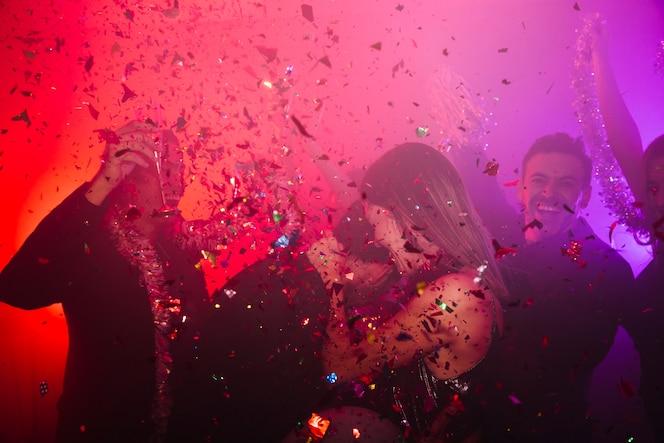 Pareja bailando celebrando en discoteca