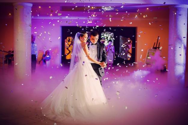 Pareja bailando en su boda
