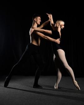 Pareja de ballet posando mientras baila