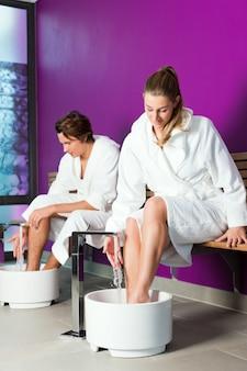 Pareja con baño de agua de hidroterapia