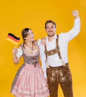 Pareja bávara celebrando el oktoberfest