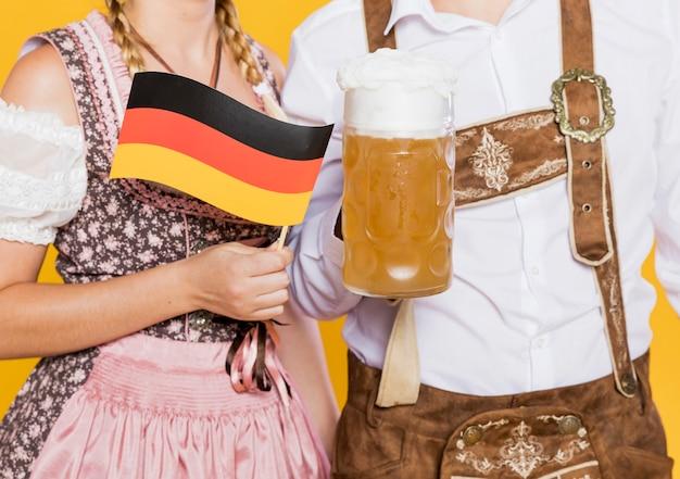 Pareja bávara con cerveza y bandera