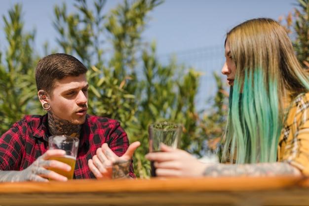 Pareja bebiendo cerveza artesana al aire libre
