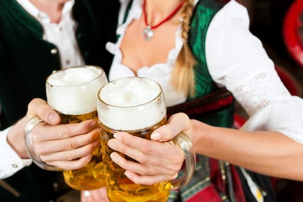 Pareja bebiendo cerveza en la cervecería
