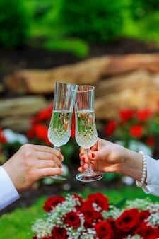 La pareja bebiendo champán en el parque.