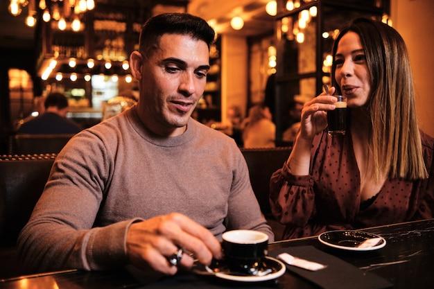 Pareja bebiendo una taza de café en el restaurante