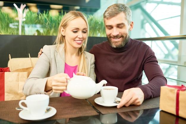 Pareja bebiendo té en café