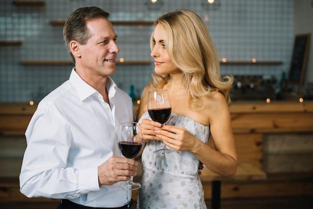 Pareja bebiendo vino juntos