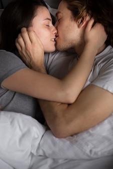 Pareja besándose y abrazándose