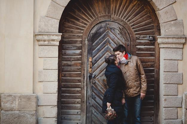 Pareja besándose en un portal