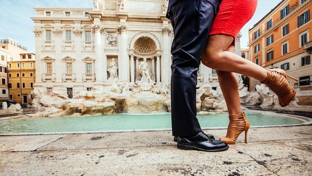 Pareja besándose en roma en la famosa fuente de trevi