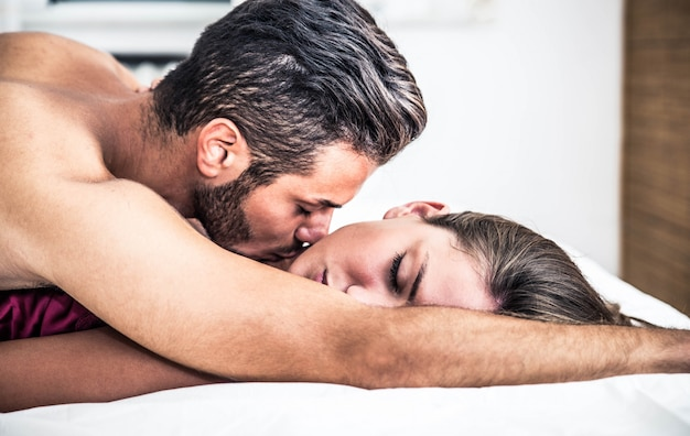 Pareja beso en dormitorio