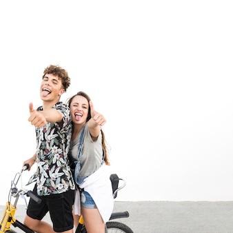 Pareja en bicicleta paseo mostrando pulgar arriba signo burlas