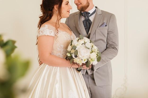 Pareja de boda cariñosa