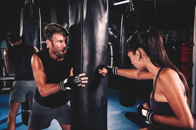 Pareja boxeando en gimnasio