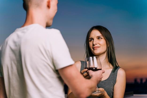 Pareja brindando vino en la puesta de sol