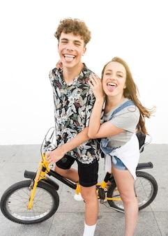 Pareja burlas montando en bicicleta al aire libre