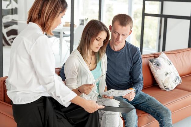 Pareja buscando juntos en ofertas de apartamentos