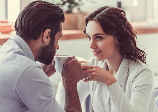 Pareja en cafe