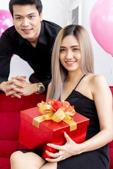Pareja con caja de regalo de año nuevo