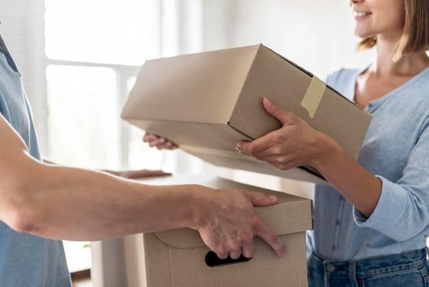 Pareja con cajas para mudarse día