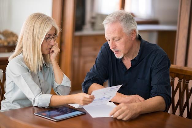Pareja calculando sus gastos juntos