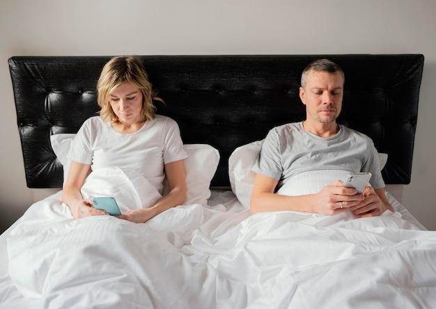 Pareja, en cama, utilizar, móviles