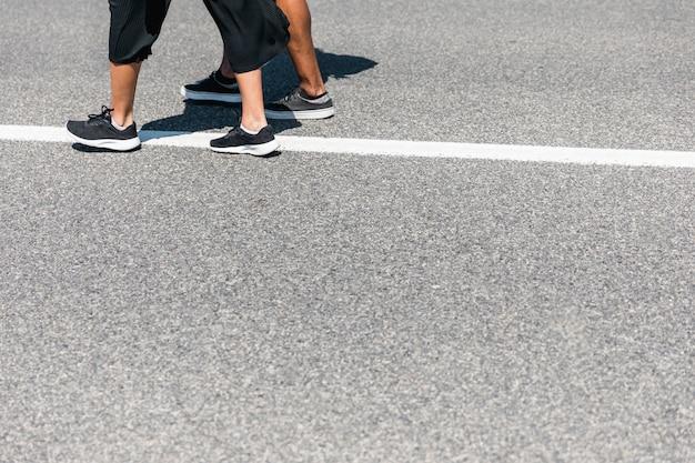 Pareja caminando en la carretera