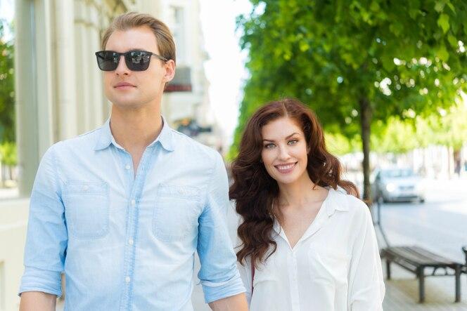 Pareja caminando juntos en una ciudad