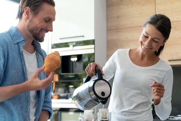 Pareja en casa cocinando juntos