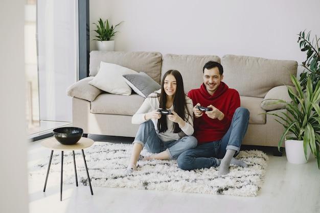 Pareja en casa jugando videojuegos
