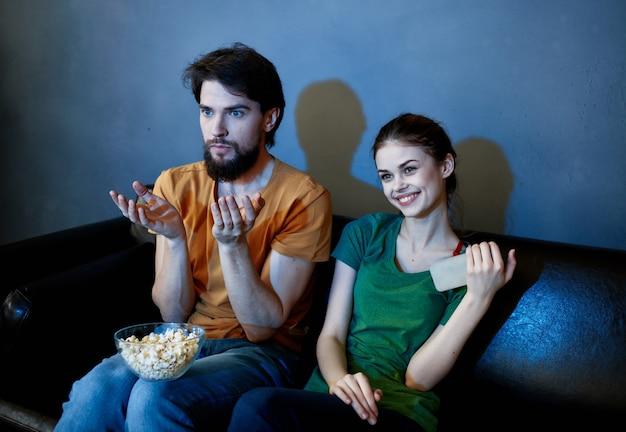 Pareja casada alegre desde casa viendo la televisión noche de descanso