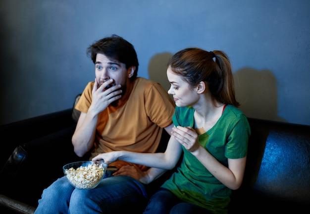 Pareja casada desde casa viendo la televisión noche de descanso