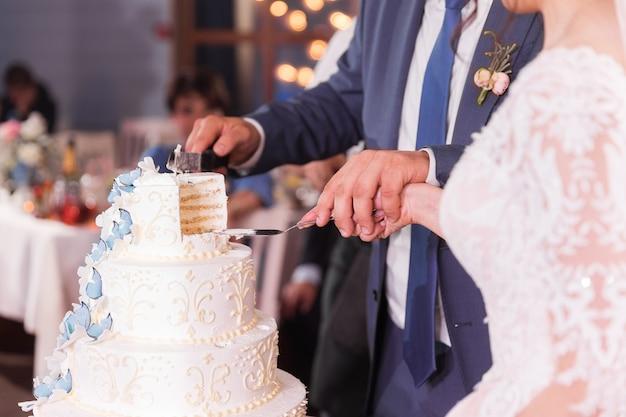 Pareja casada corta un pedazo de pastel
