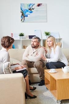 Pareja casada escuchando psicólogo
