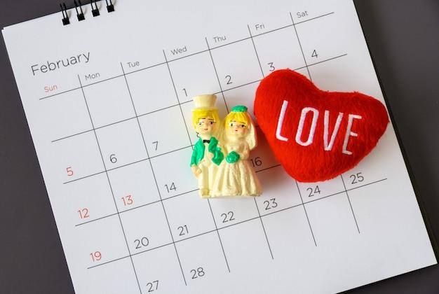 Pareja casada en miniatura en el calendario. concepto para bodas y san valentín.