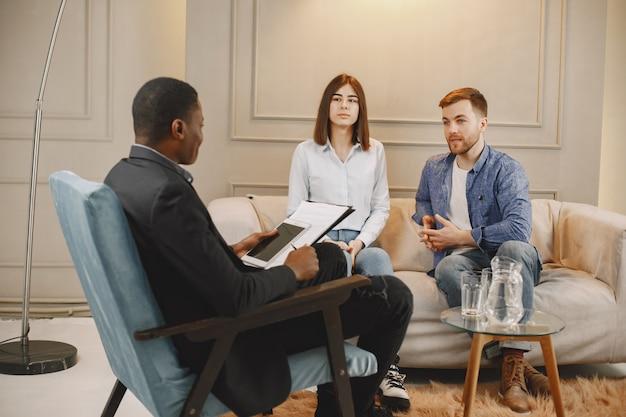 Pareja casada que tiene problemas en su relación. están asistiendo al psicólogo en busca de consejo.
