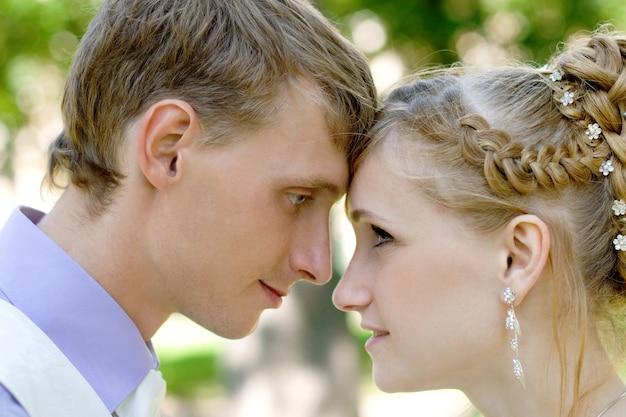 Pareja caucásica recién casada