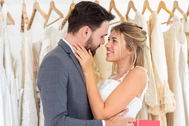 Pareja de caucásicos, el novio dar novia presente en el estudio de la boda.