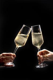 Pareja celebrando con champán en la oscuridad