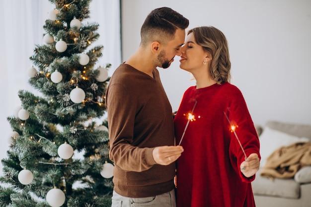 Pareja celebrando la navidad juntos en casa