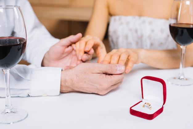 Pareja durante la cena con anillo de compromiso